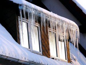 ледени висулки на покрив